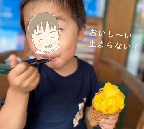 リッコジェラートを食べる子供