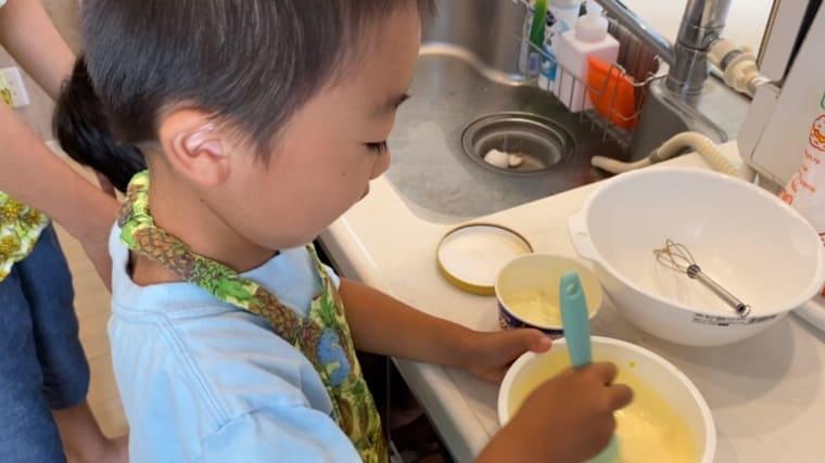 アイスと溶いた卵を混ぜる