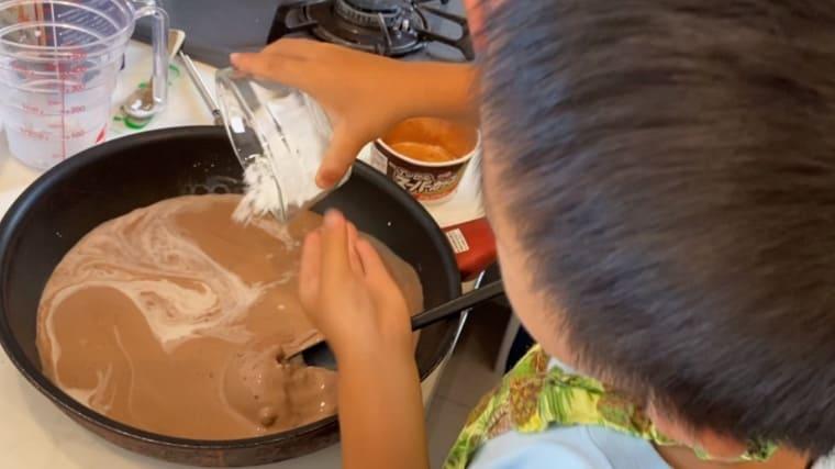 アイス・牛乳・コーンスターチをフライパンに入れて火にかける