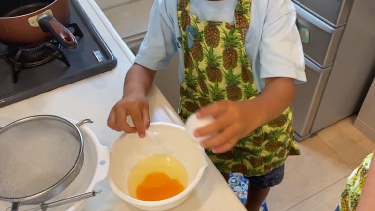 卵をボウルに割って溶く